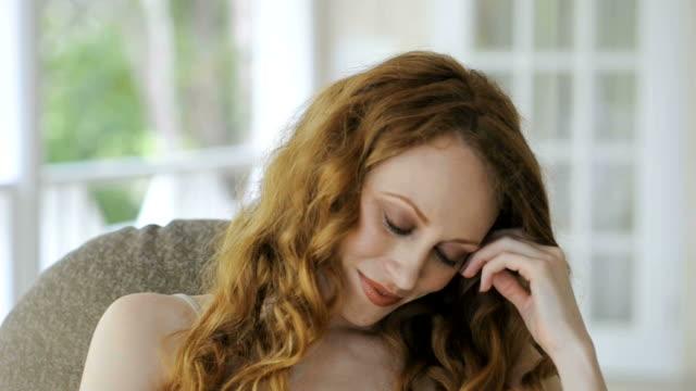 vídeos de stock e filmes b-roll de jovem mulher - sentar se