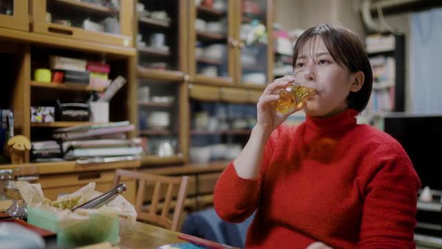 両親を抱え、一緒に夕食を食べる若い女性 - アルコール飲料点の映像素材/bロール