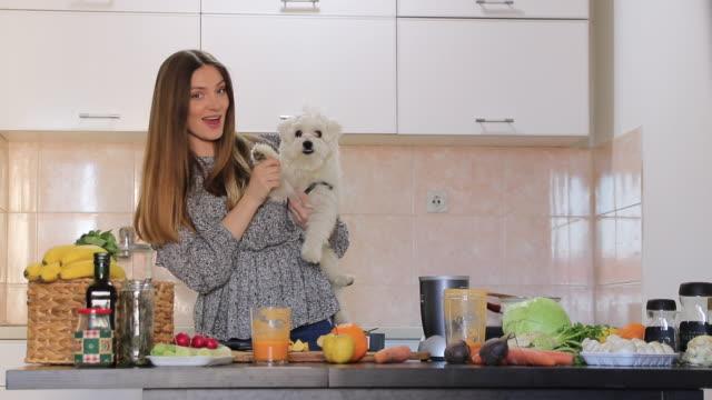 vidéos et rushes de jeune femme vlogging avec son crabot maltais - influenceur