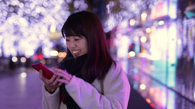 クリスマスの夜に誰かを待っている若い女性 - 待つ点の映像素材/bロール