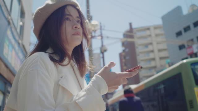ニューヨークでタクシーを待っている若い女性。 - global business点の映像素材/bロール
