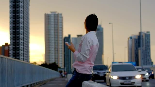 タクシーやユーバーを待っている若い女性