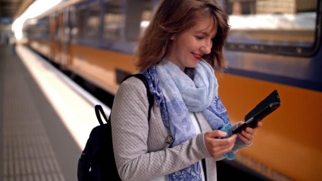 列車を待っている若い女性 - オランダ文化点の映像素材/bロール