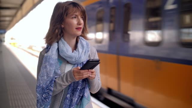 ung kvinna väntar på tåg - vanliga människor bildbanksvideor och videomaterial från bakom kulisserna