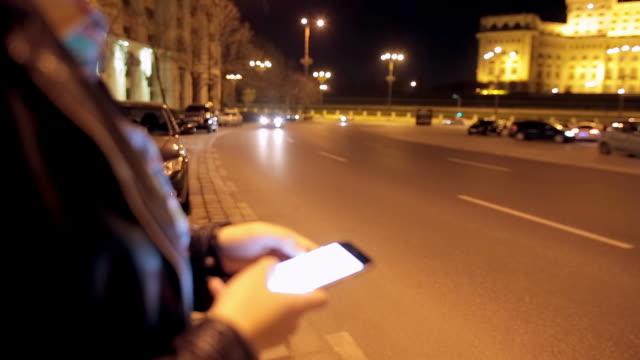 stockvideo's en b-roll-footage met jonge vrouw te wachten voor uber - 6 video's in 1. - taxi