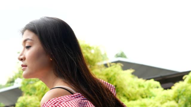 vídeos de stock e filmes b-roll de young woman waiting someone at balcony - viciado em compras