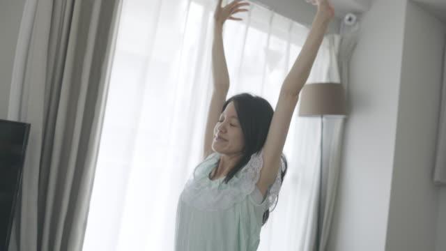 朝起きる若い女性 - 怠惰点の映像素材/bロール