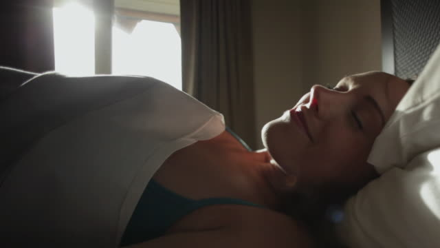vídeos de stock, filmes e b-roll de cu young woman waking up on sunny day / squamish, british columbia, canada - bem estar