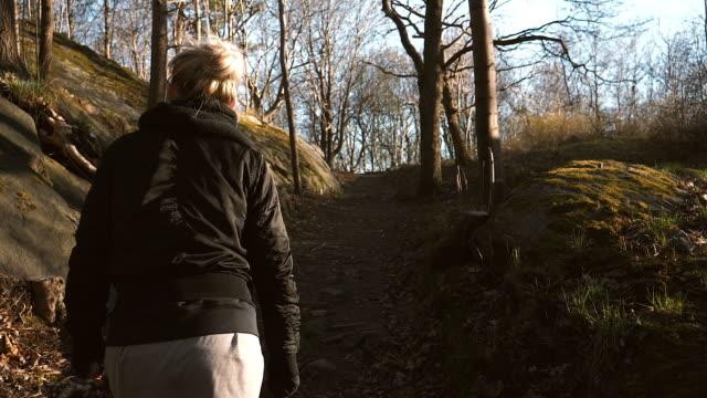vídeos y material grabado en eventos de stock de mujer joven caminando sola - detrás