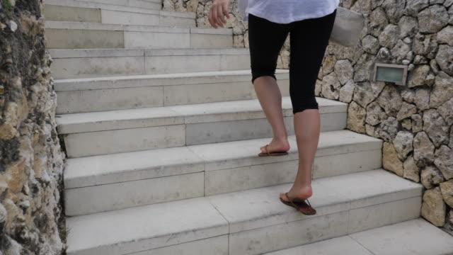 a young woman walking at a luxury resort hotel. - リゾート地点の映像素材/bロール