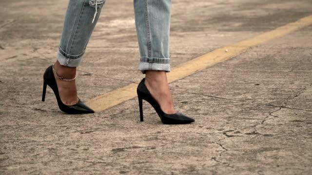 vídeos y material grabado en eventos de stock de tacón alto caminar joven - tacones altos