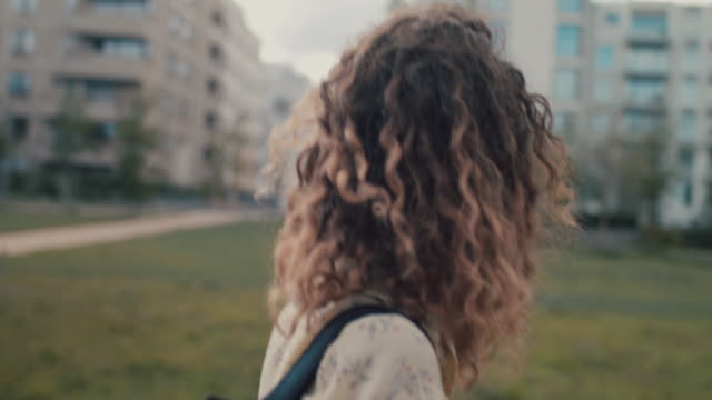 stockvideo's en b-roll-footage met young woman walking in park in central berlin - hip