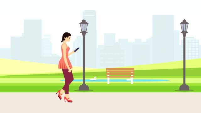 スマート フォン街背景を見て歩いている若い女性 - 依存点の映像素材/bロール