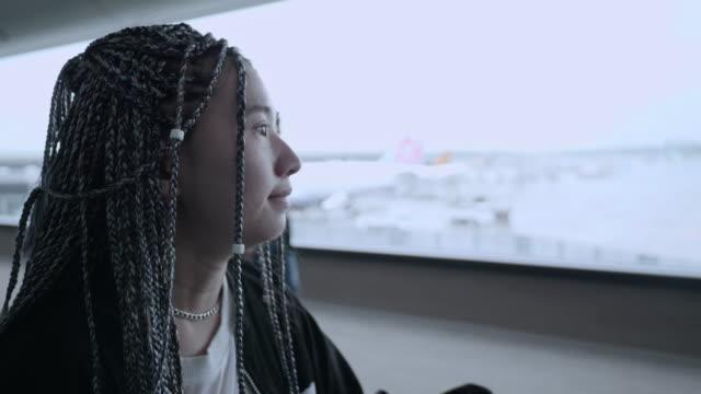 junge frau zu fuß auf rolltreppe und reisen - flugpassagier stock-videos und b-roll-filmmaterial