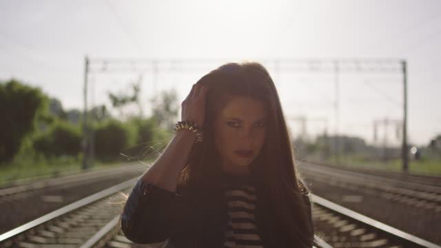 Junge Frau zu Fuß auf der Bahn. Rock And Roll-Stil.