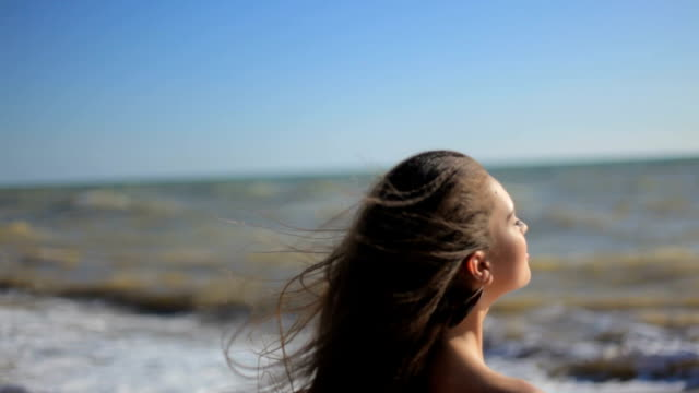 HD STADYCAM 若い女性のウォーキング海岸