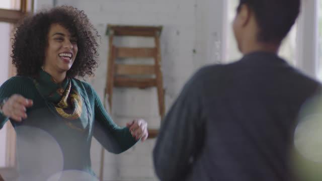 vídeos de stock, filmes e b-roll de ms slo mo. young woman walks into coffee shop and embraces boyfriend. - young women