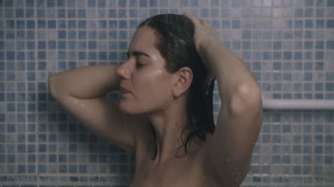 vidéos et rushes de young woman washing her hair - laver