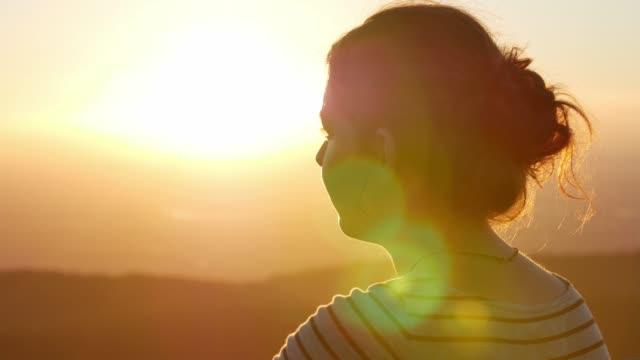 Ung kvinna klockor golden sunset