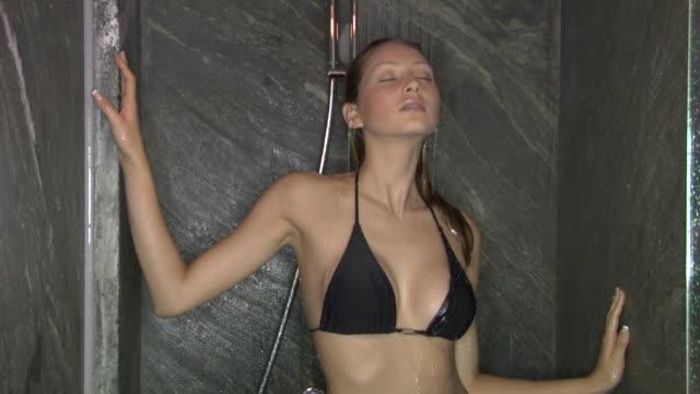 ms, young woman wearing bikini taking shower - braunes haar stock-videos und b-roll-filmmaterial