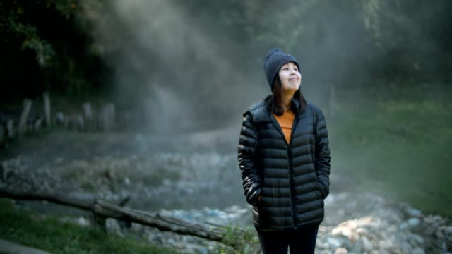 young woman wearing jacket explorer enjoying nature - cappotto invernale video stock e b–roll