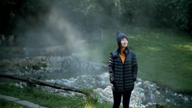 vidéos et rushes de jeune femme portant veste l'explorateur profiter de la nature - manteau et blouson d'hiver