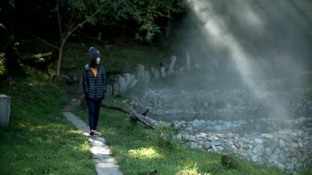 junge frau tragen jacke explorer natur genießen - ökotourismus stock-videos und b-roll-filmmaterial