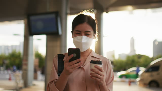 young woman  wearing mask walking in the city at sunset, take away coffee - only young women stock videos & royalty-free footage