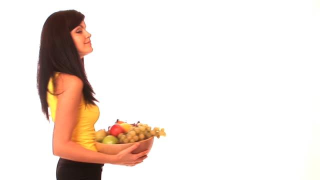 vídeos y material grabado en eventos de stock de hd: mujer joven con una canasta de frutas - vitamina c