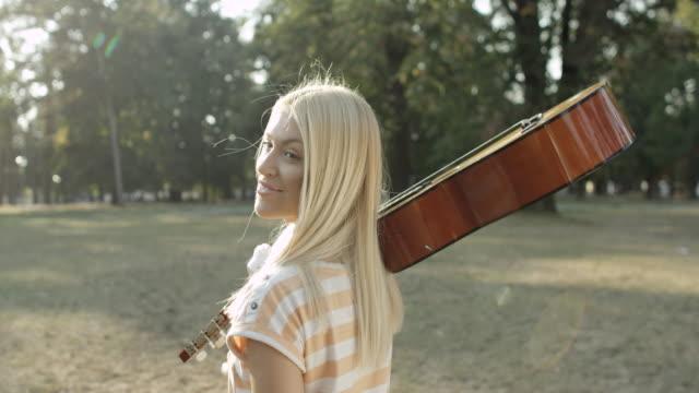 Junge Frau mit Akustik-Gitarre