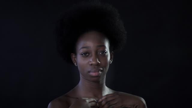 a young woman with afro hair. - achtsamkeit persönlichkeitseigenschaft stock-videos und b-roll-filmmaterial