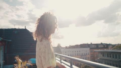 vídeos y material grabado en eventos de stock de young woman with backpack entering roof terrace in berlin - tejado