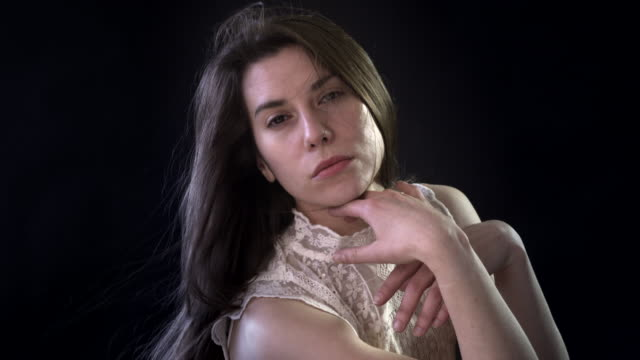 a young woman with beautiful hair - achtsamkeit persönlichkeitseigenschaft stock-videos und b-roll-filmmaterial