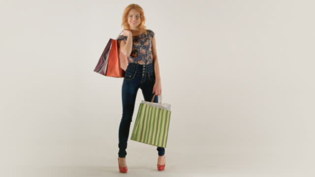 若い女性、着替え bacground 白で分離 - 絵画モデル点の映像素材/bロール
