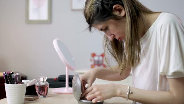 junge frau mit cochlea-implantat zu hause - hirnnerv stock-videos und b-roll-filmmaterial
