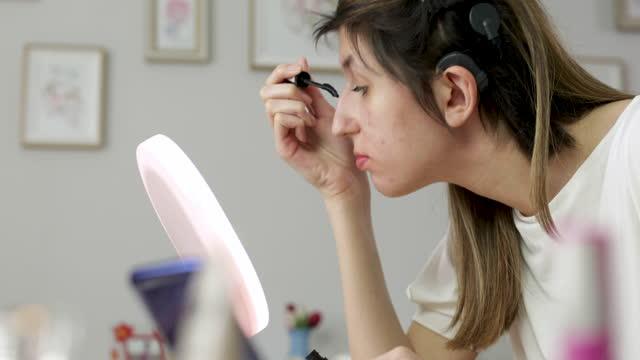 junge frau mit cochlea-implantat make-up zu hause - hirnnerv stock-videos und b-roll-filmmaterial