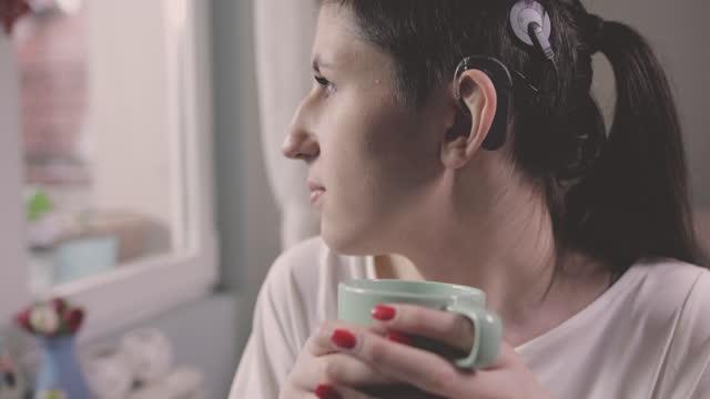junge frau mit cochlea-implantat - hirnnerv stock-videos und b-roll-filmmaterial