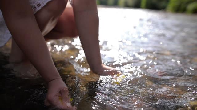 川で花を持つ若い女性 - 地形点の映像素材/bロール
