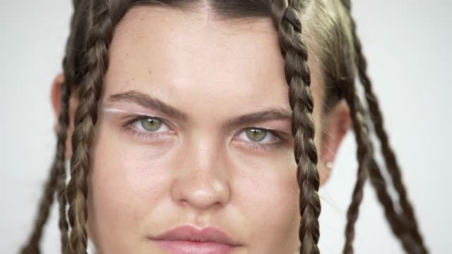 vídeos de stock e filmes b-roll de a young woman with graphic white eyeliner - trançado