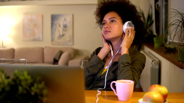 ヘッドフォンを持つ若い女性 - 若い女性だけ点の映像素材/bロール