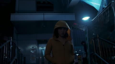 vídeos y material grabado en eventos de stock de young woman with hooded jacket walking at night in tokyo, japan - resistencia