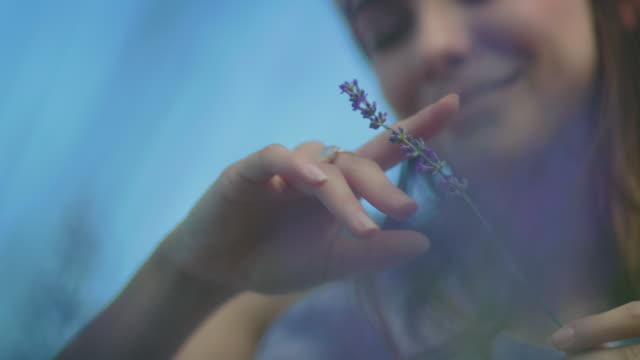 junge frau mit lavendelblüten in bauernhof - tagträumen stock-videos und b-roll-filmmaterial