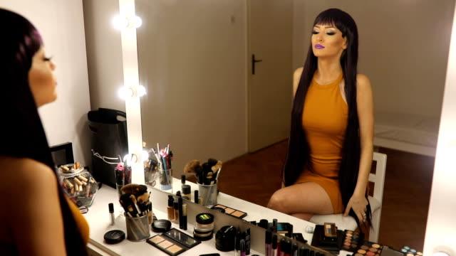stockvideo's en b-roll-footage met jonge vrouw met paars pruik - pruik