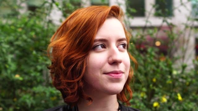 vídeos de stock, filmes e b-roll de jovem mulher com cabelo vermelho retrato - cabelo ruivo