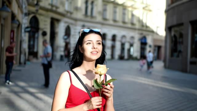 Junge Frau mit rose Blume auf der Straße - Zeitlupe