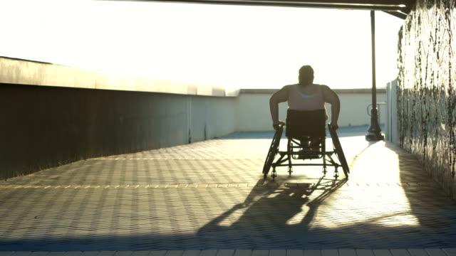 vídeos de stock e filmes b-roll de young woman with spina bifida  in a wheelchair - human spine