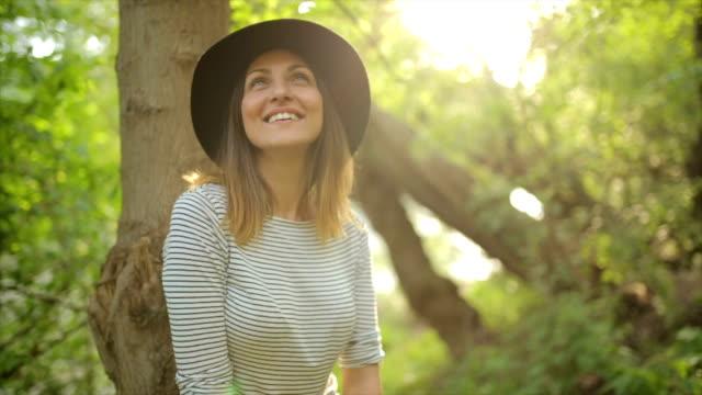 Junge Frau mit Hut, lachen