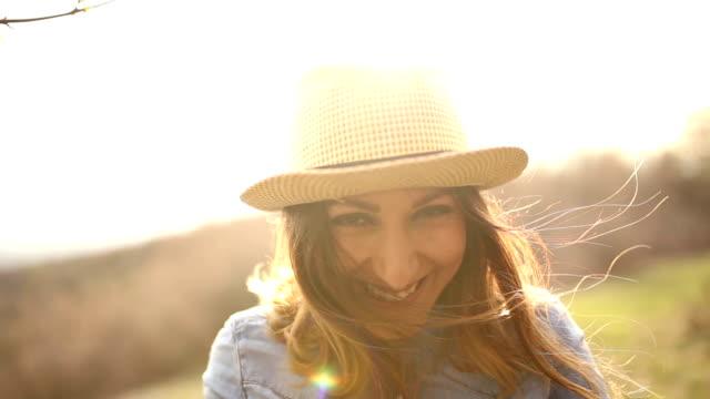 Junge Frau mit Hut, Lachen, Flirten