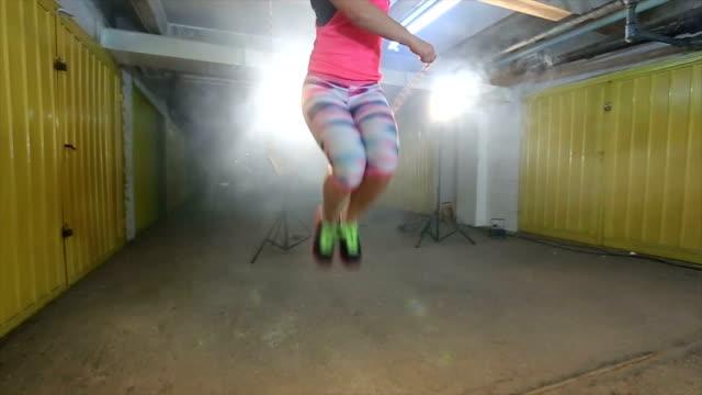 stockvideo's en b-roll-footage met jonge vrouw met het springtouw - huppelen
