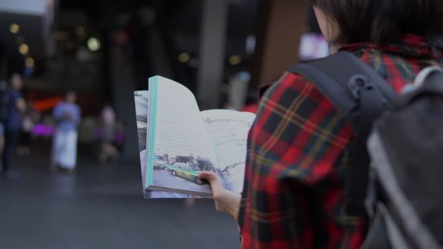 vidéos et rushes de jeune femme avec carte touristique - thaïlande